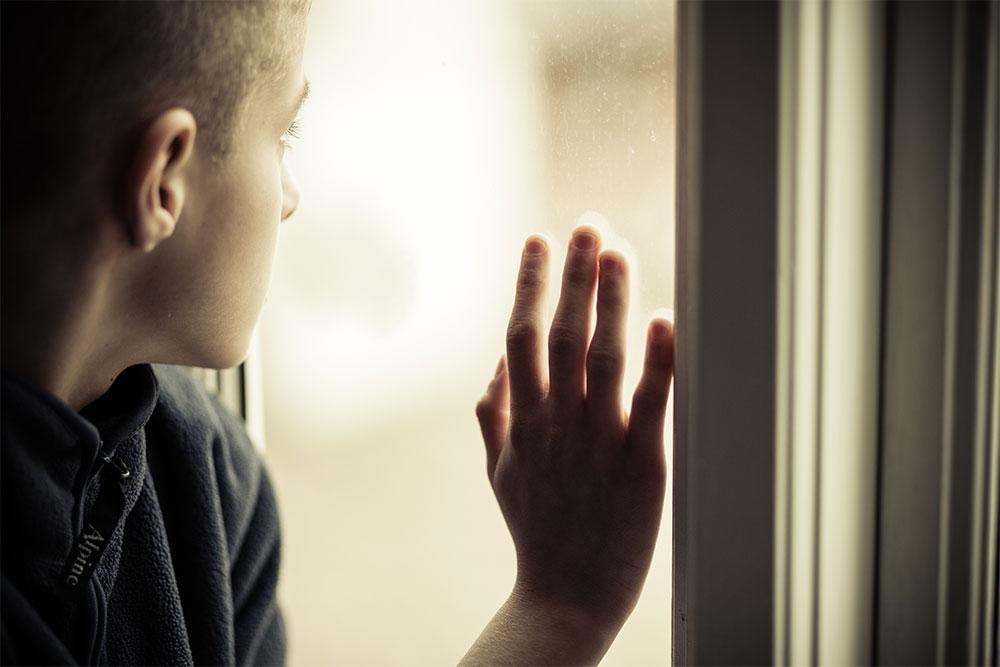 trauriger-junger-mann-auswirkungen-der-pandemie-klinik-windach